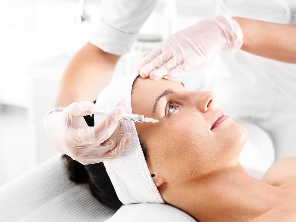 kobieta na zabiegu frotoxu w salonie kosmetycznym