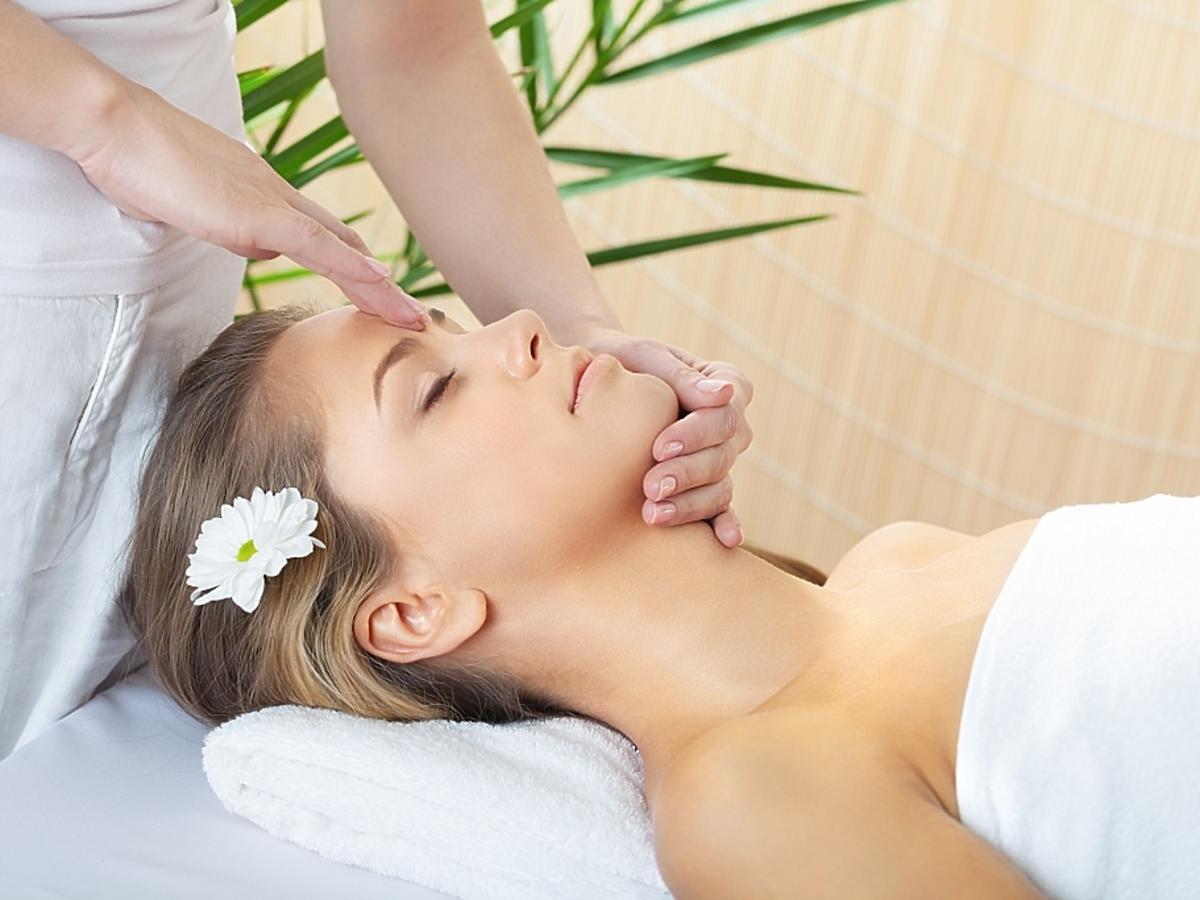 kobieta na zabiegu pielęgnacji twarzy