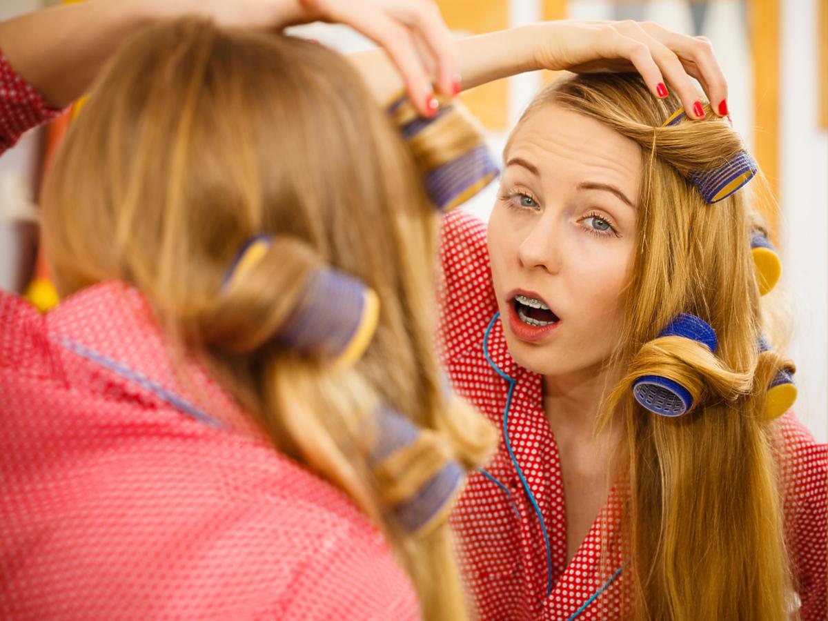 kobieta nakłada termoloki przed lustrem