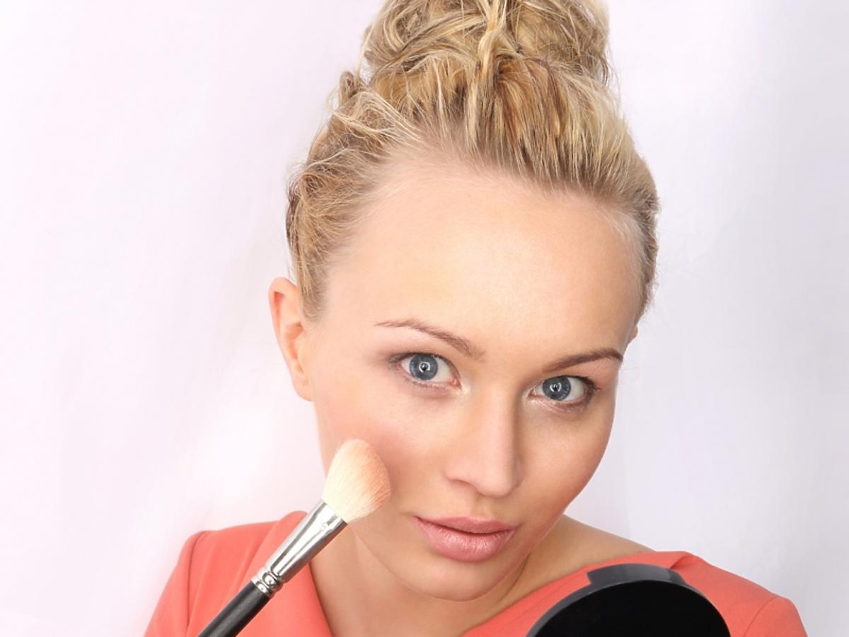 kobieta nakładająca makijaż