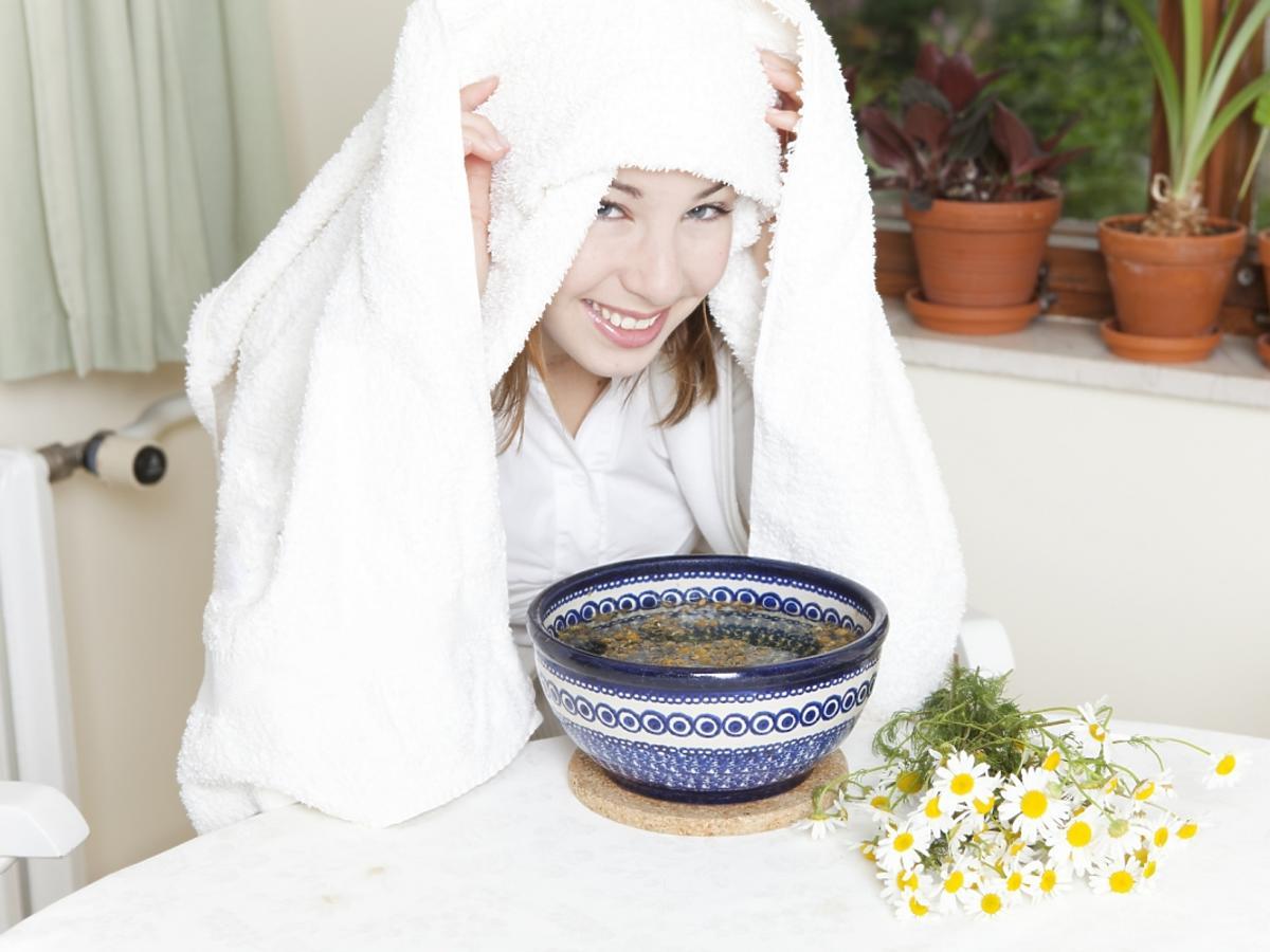 kobieta nakryta ręcznikiem