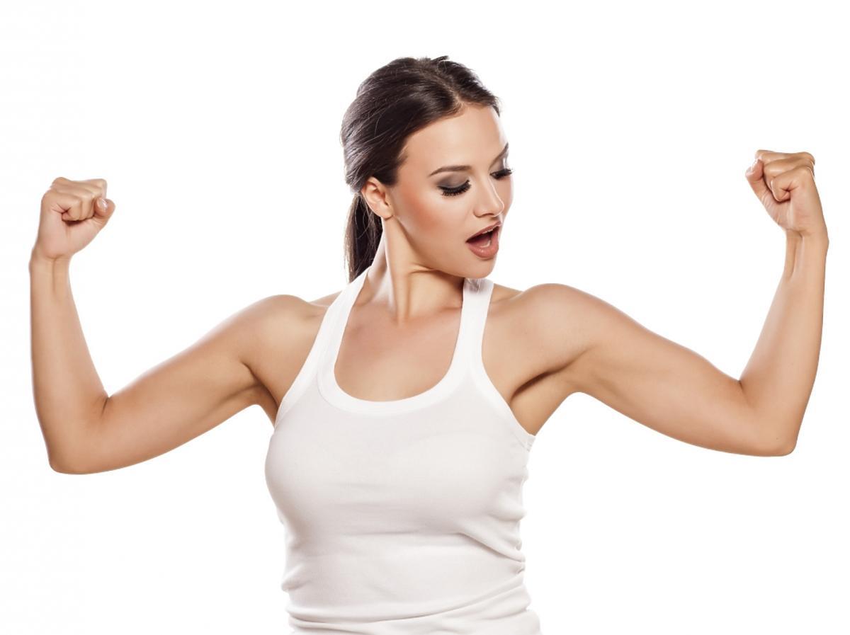Kobieta napina bicepsy