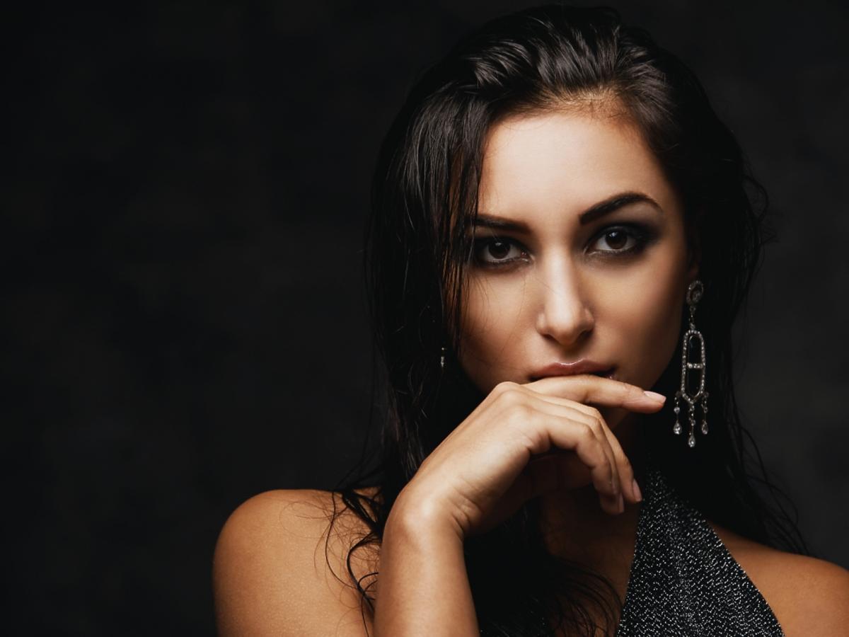 kobieta o ciemnej karnacji skóry