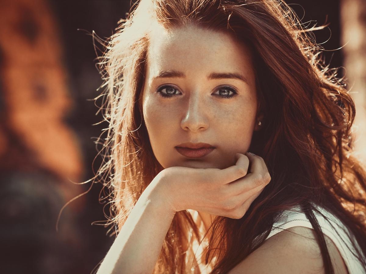 kobieta o naturalnie rudych wosach