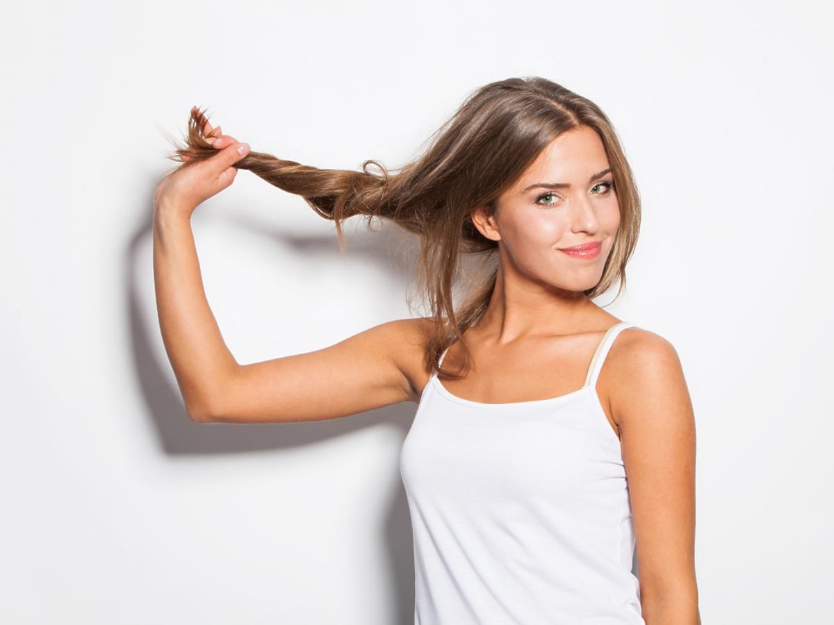Kobieta o pięknych, zdrowych włosach