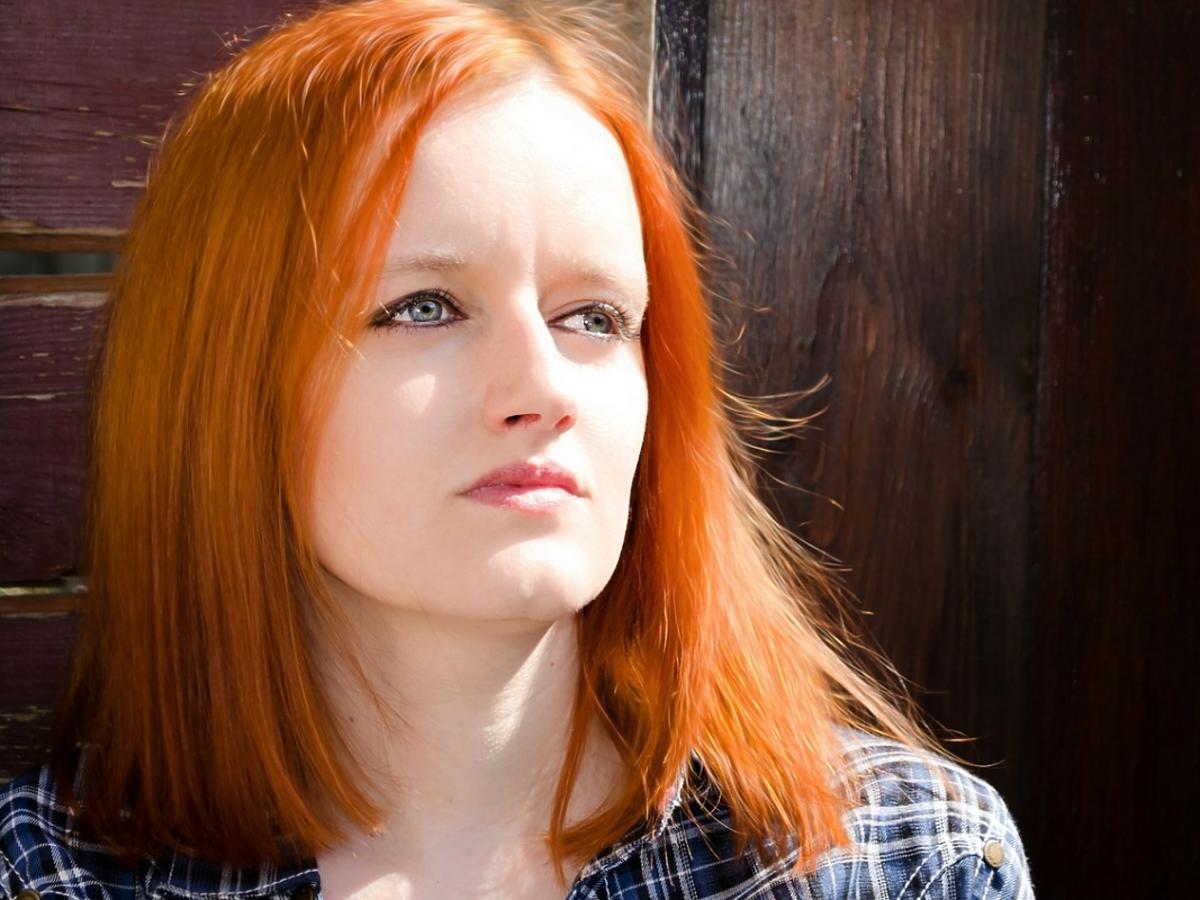 Kobieta o rudych włosach