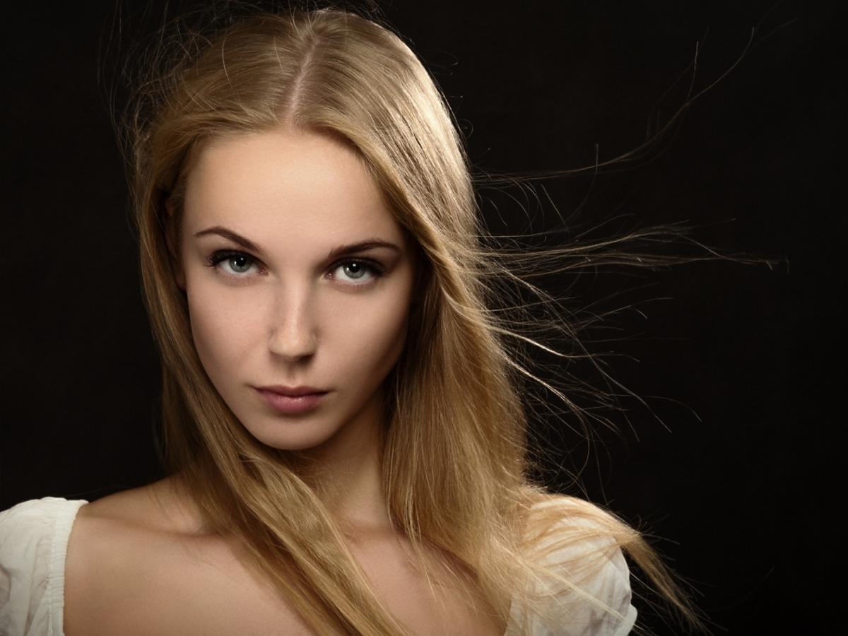 Kobieta o włosach ciemny blond