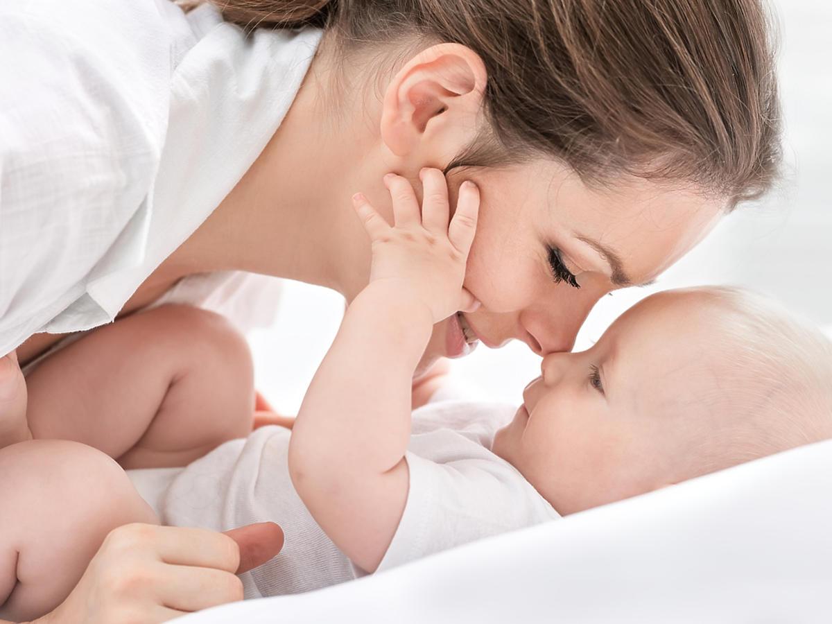 Kobieta opiekuje się noworodkiem