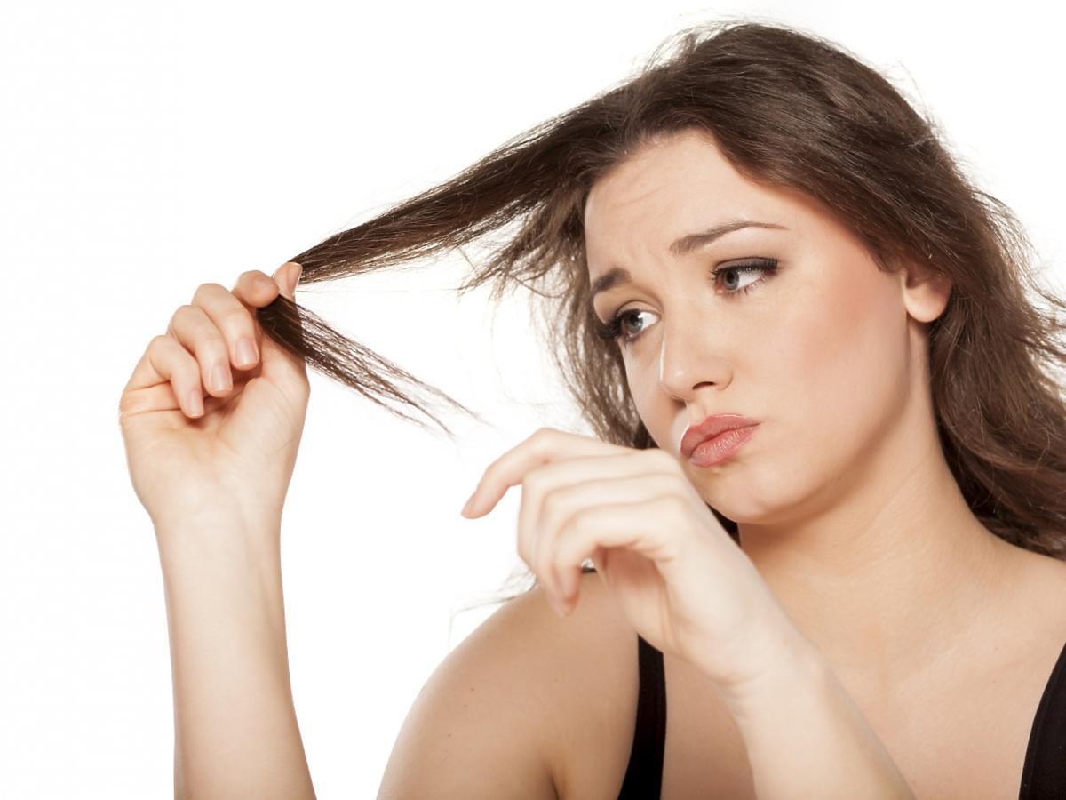kobieta patrzy na włosy