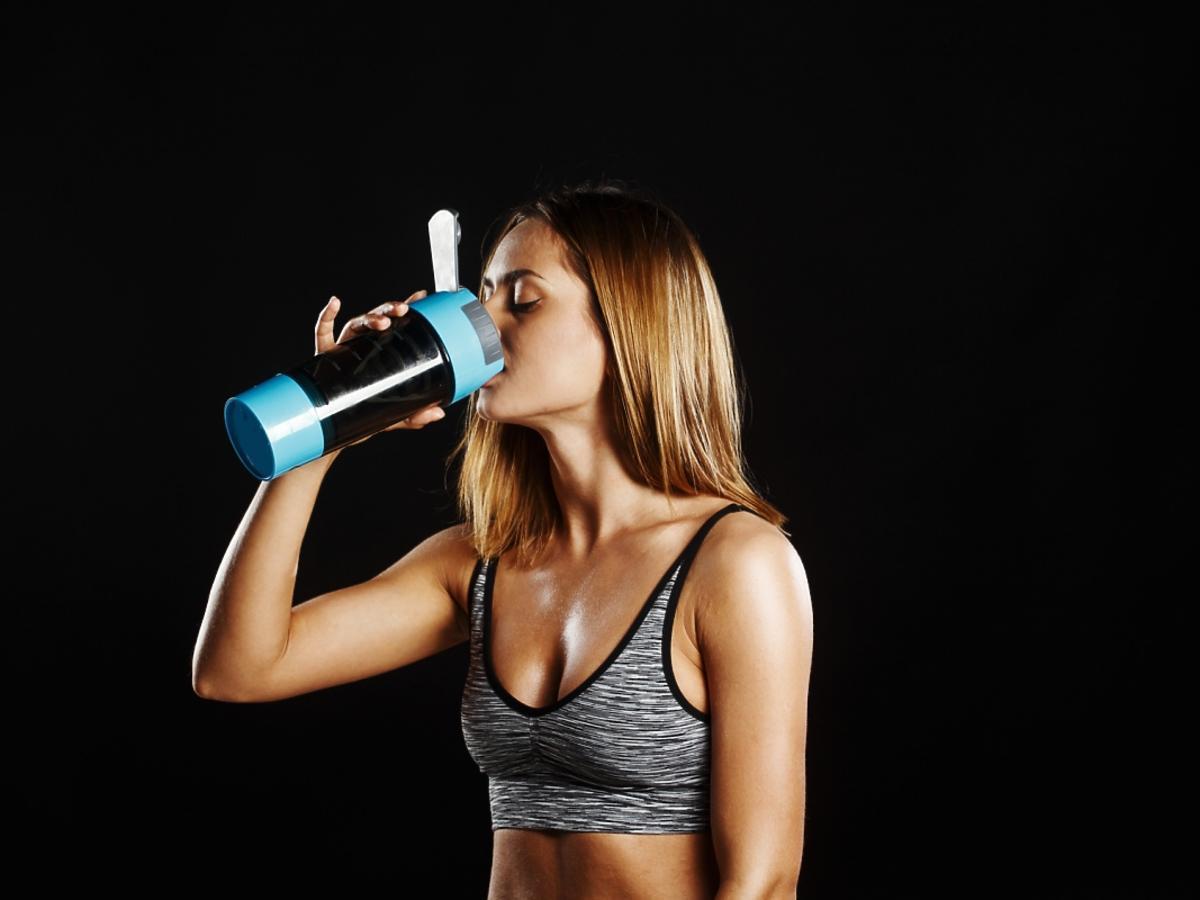kobieta pijąca odżywkę białkową