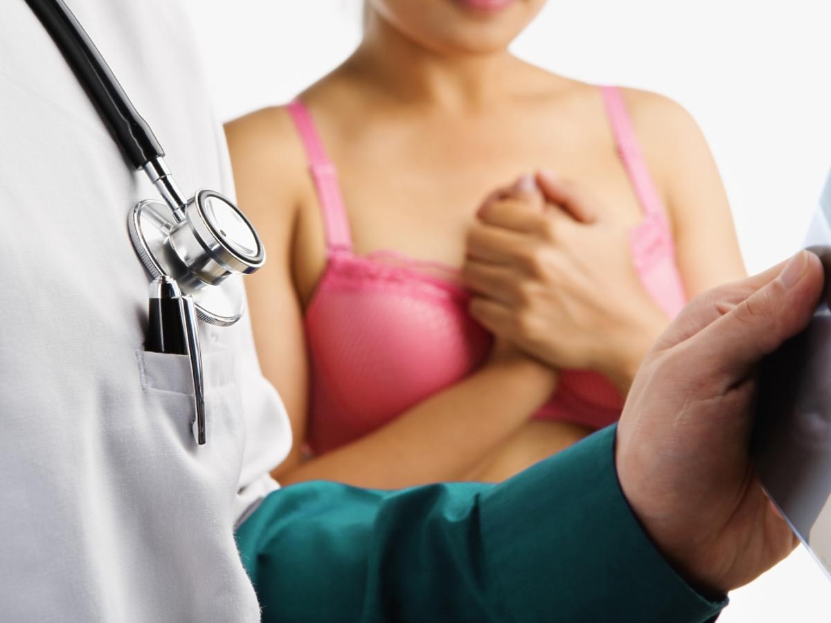 kobieta podczas badania piersi
