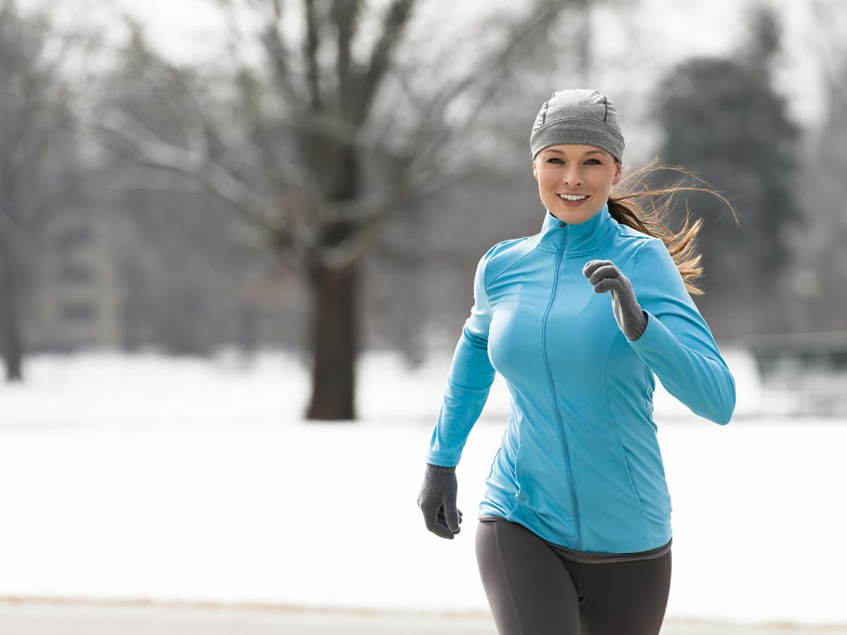 kobieta podczas treningu biegowego w zimie