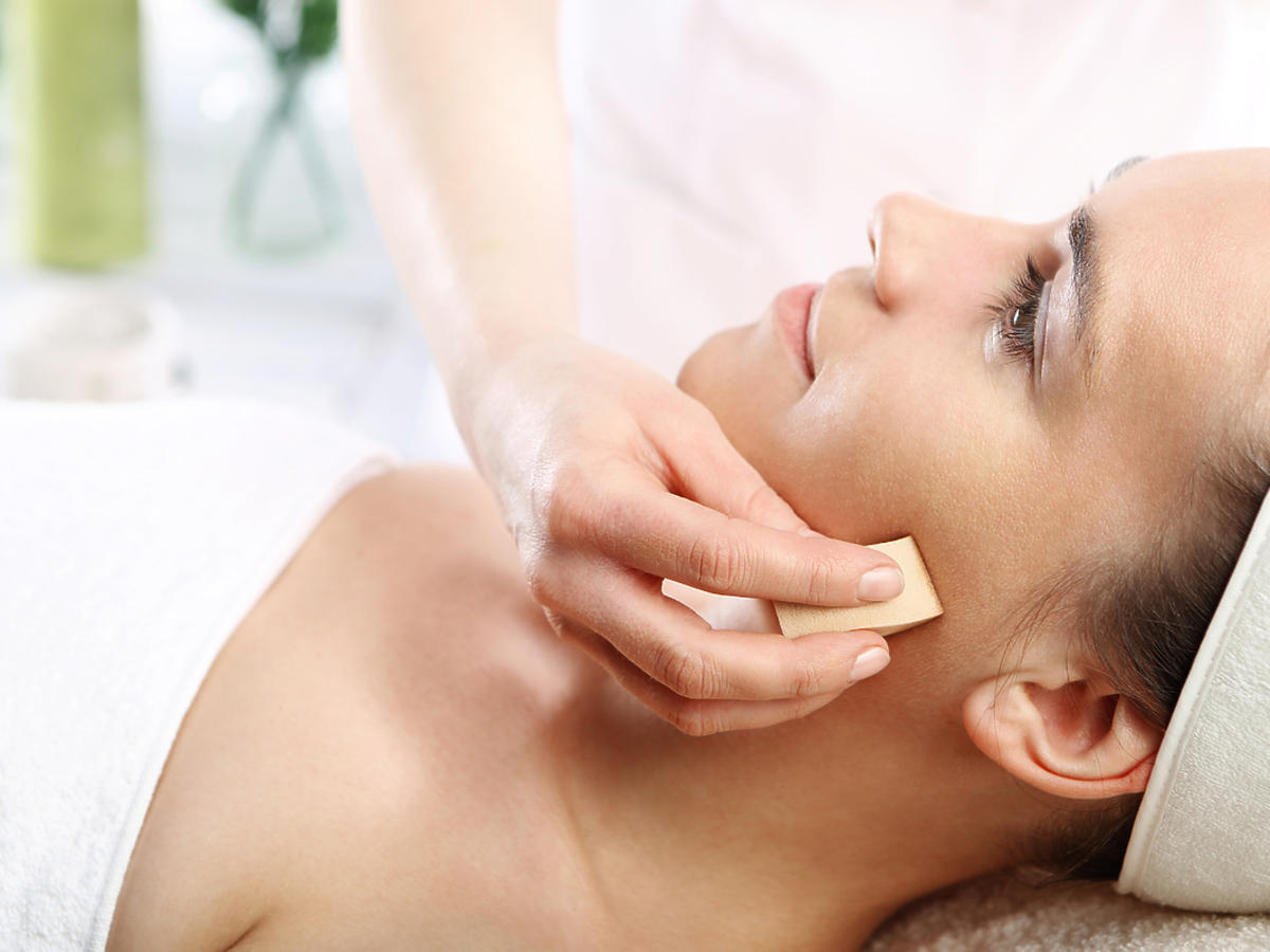 kobieta podczas zabiegu kosmetycznego