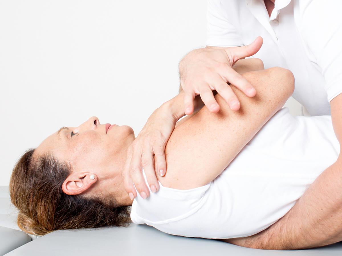 kobieta poddanie sie zabiegowi osteopatii