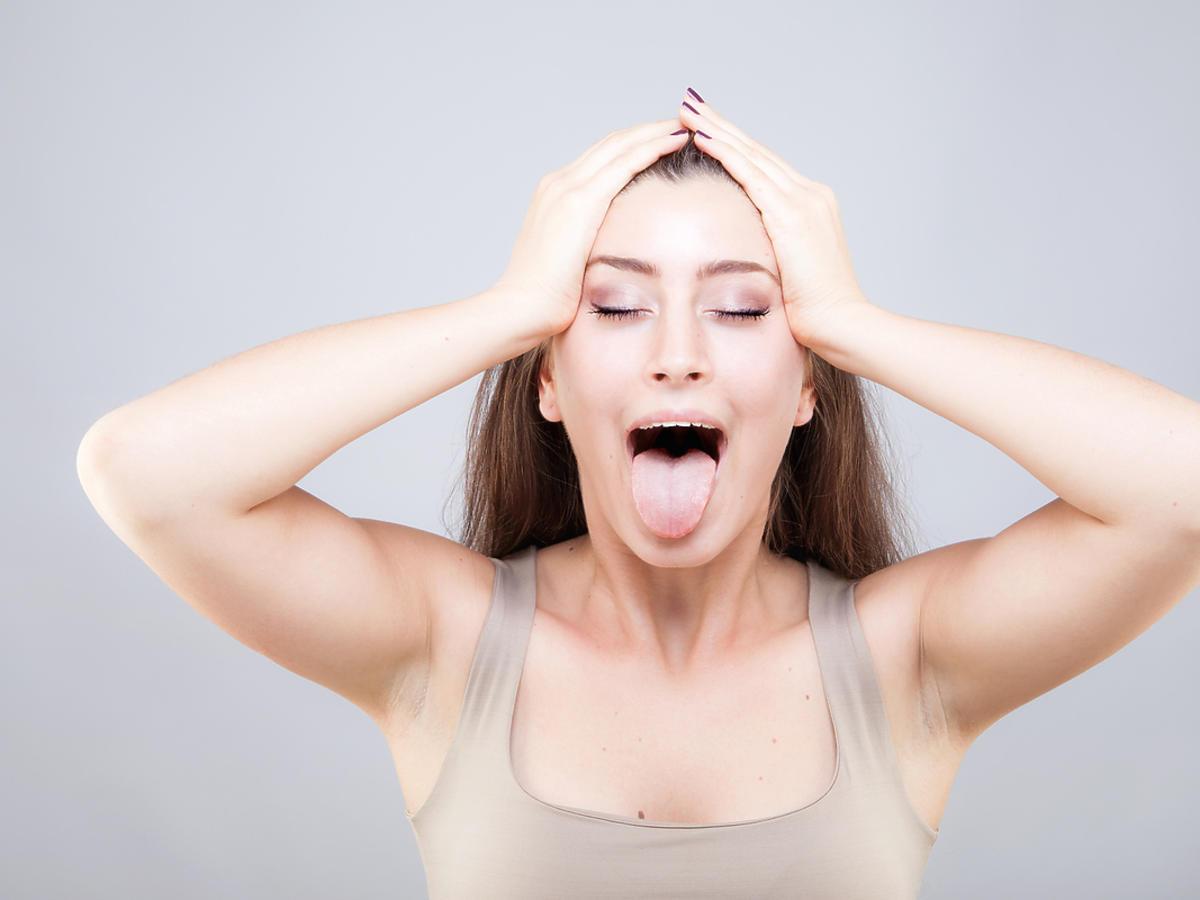 kobieta pokazująca język