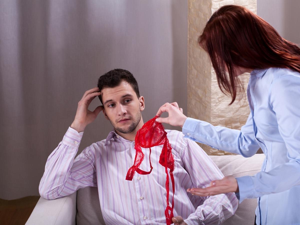 kobieta pokazuje mężczyźnie czerwony stanik