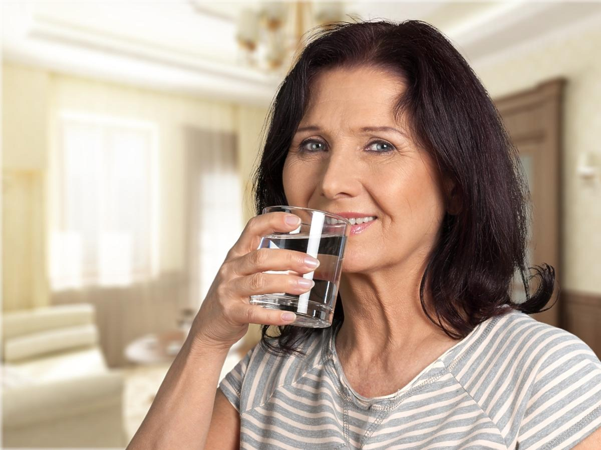 kobieta popijająca tabletki