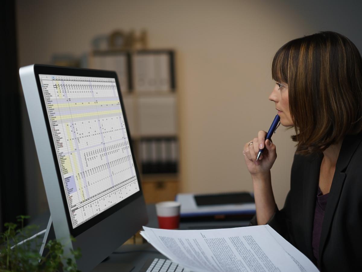 kobieta późną nocą pracuje przed komputerem