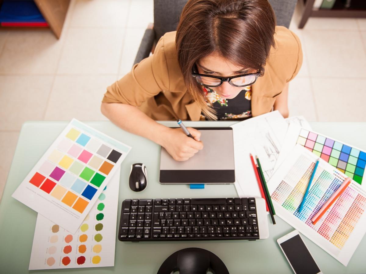 kobieta pracuje przed laptopem