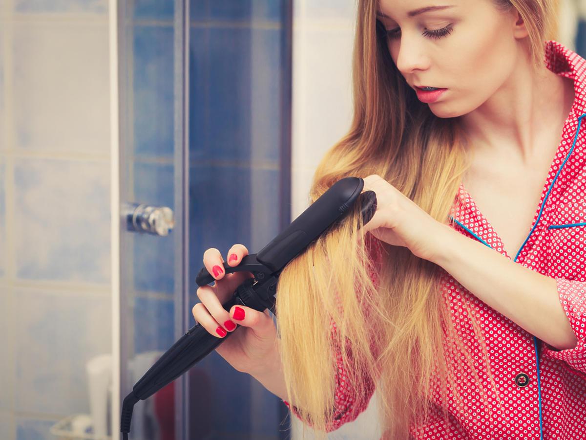 kobieta prostująca blond włosy