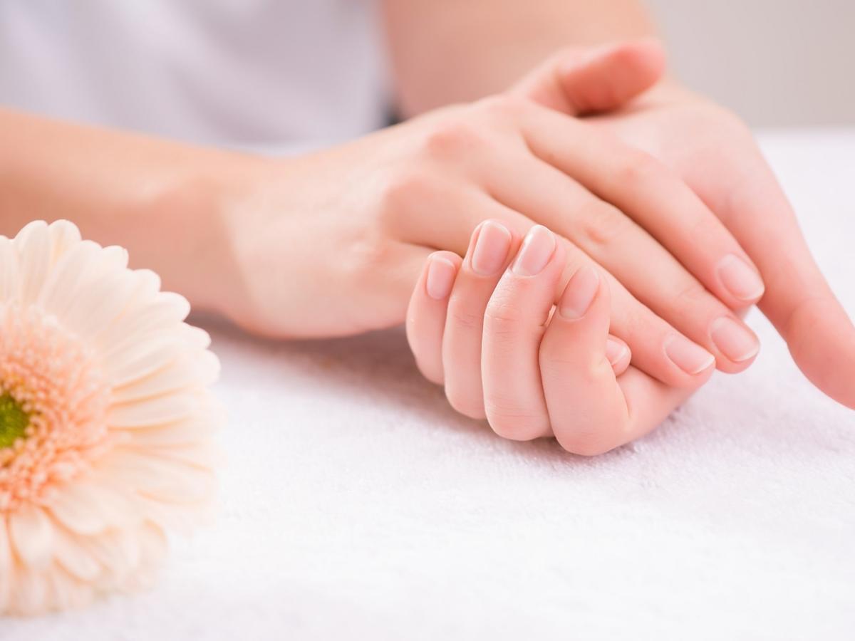 Kobieta przed chwilą wykonała detox manicure swoich dłoni.