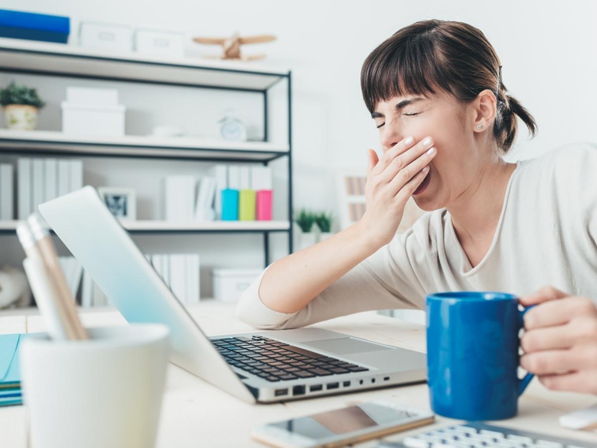 kobieta przed komputerem ziewa
