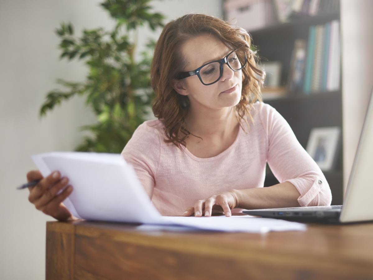 kobieta przegląda papiery