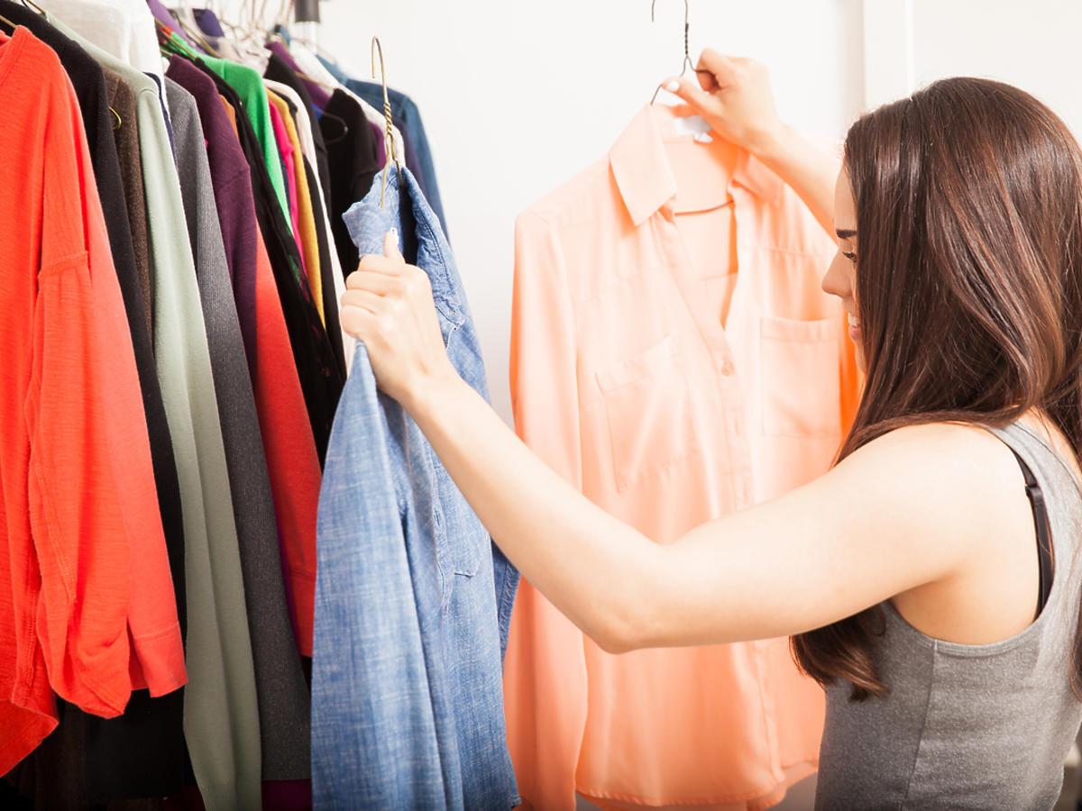 Kobieta przegląda ubrania.