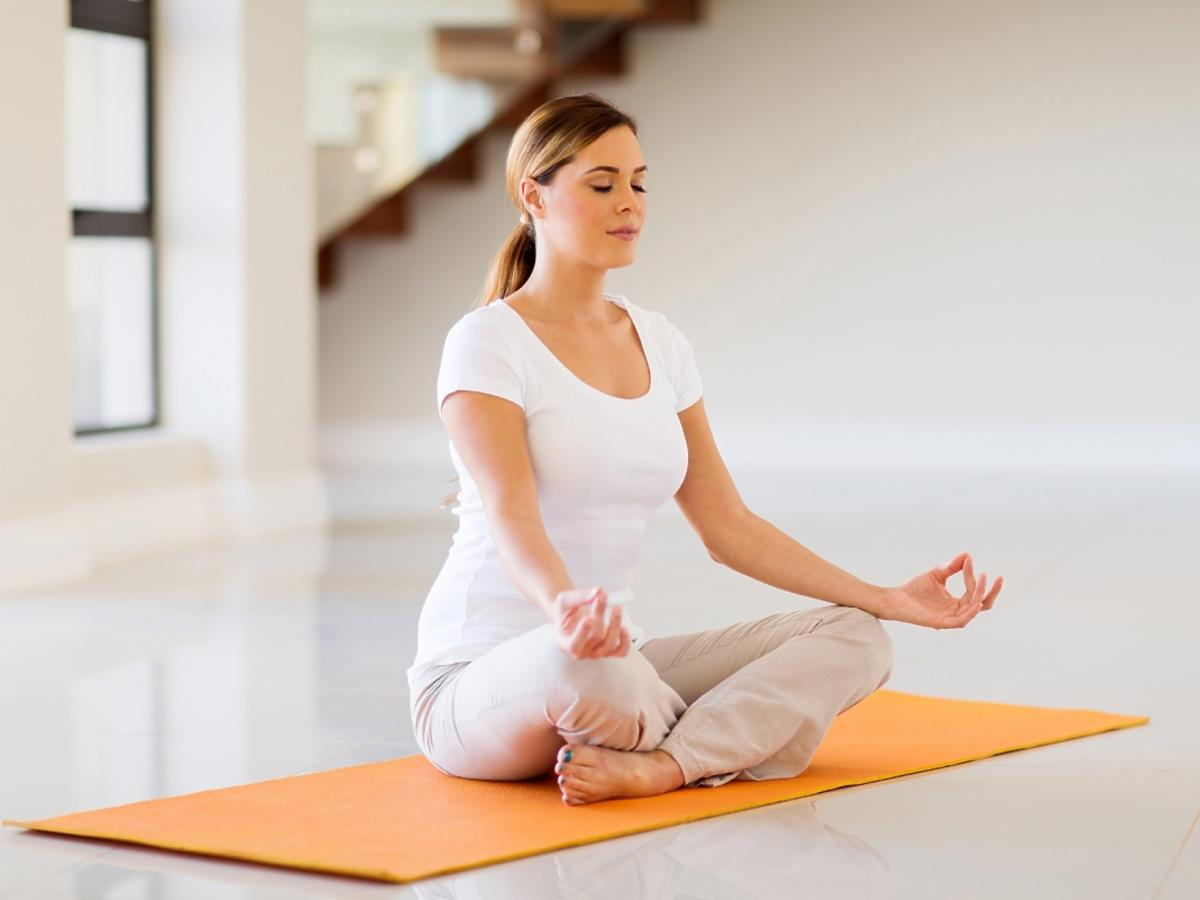 kobieta przeprowadza medytację