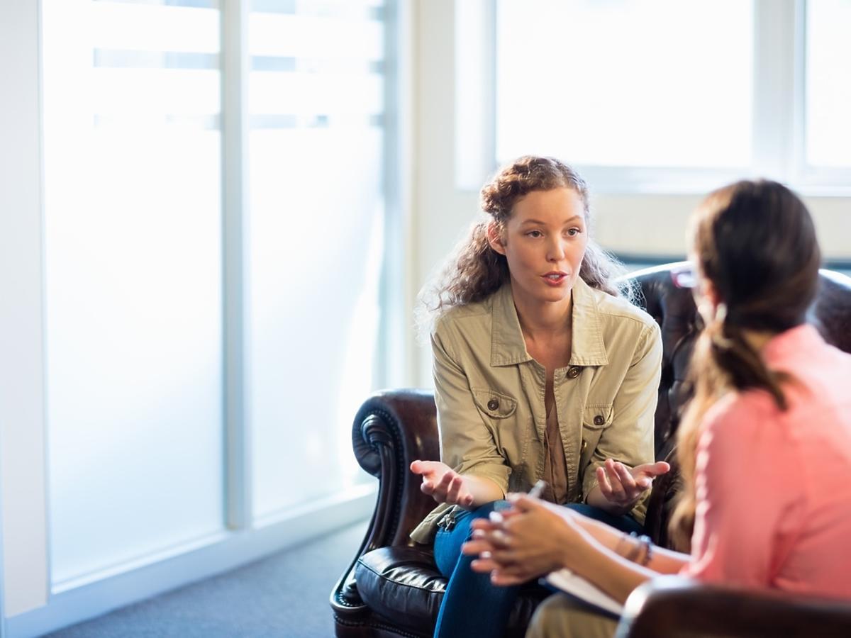 Kobieta przeprowadza psychoterapię swojej pacjentce.