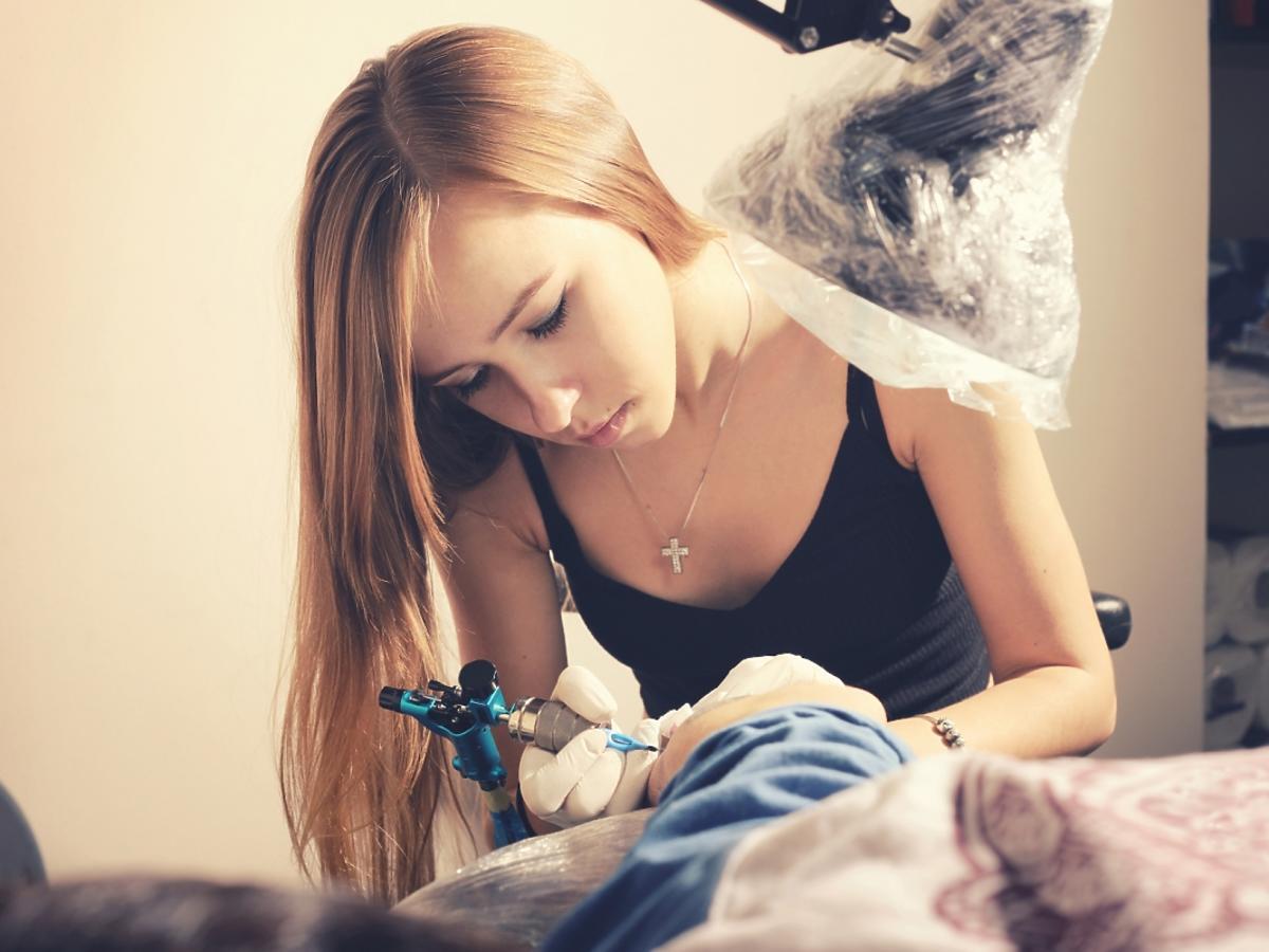Kobieta robi tatuaż