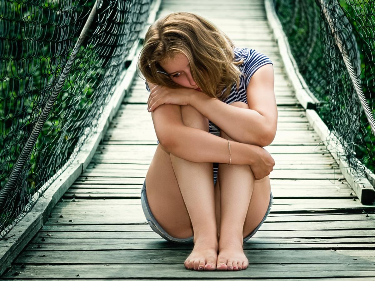 kobieta sama na moście
