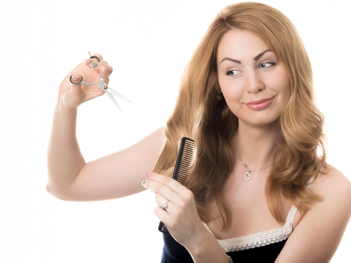 Kobieta samodzielnie obcina swoje włosy