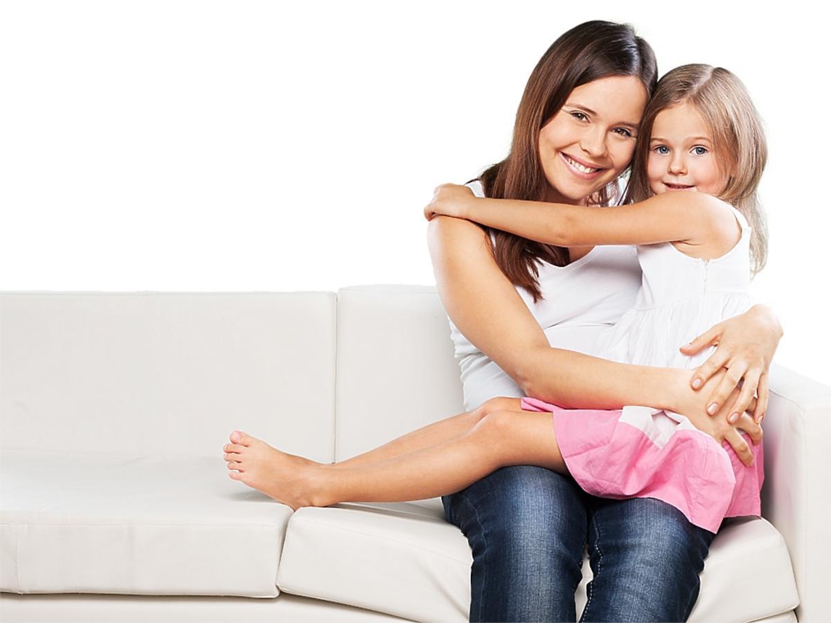 kobieta siedzi z dziewczynką na kanapie