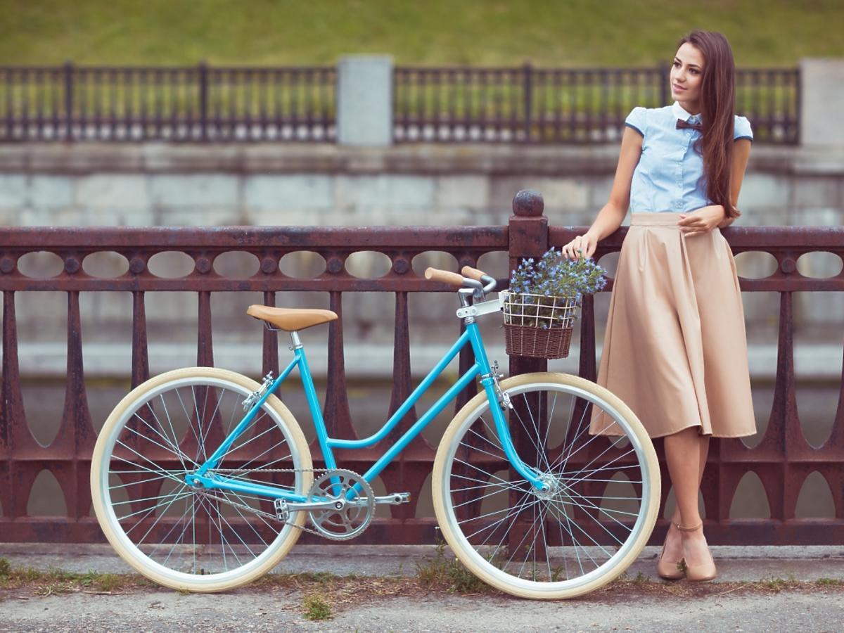 kobieta stoi przy rowerze