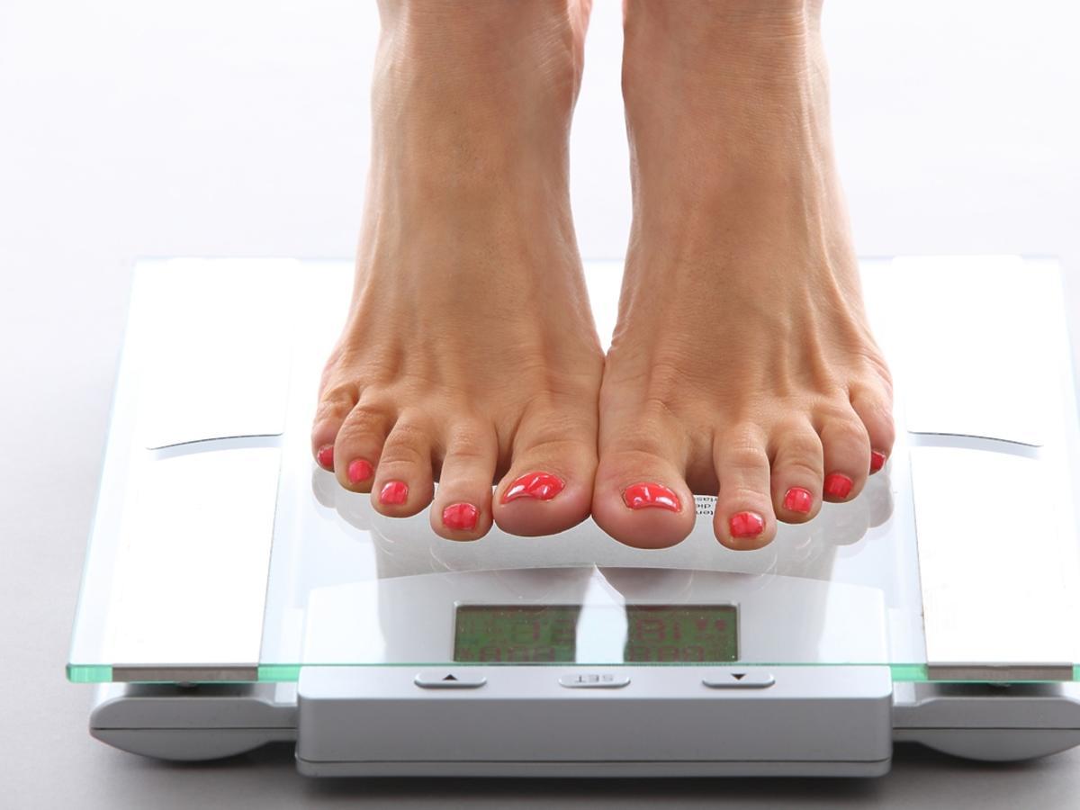 kobieta stojąca na wadze