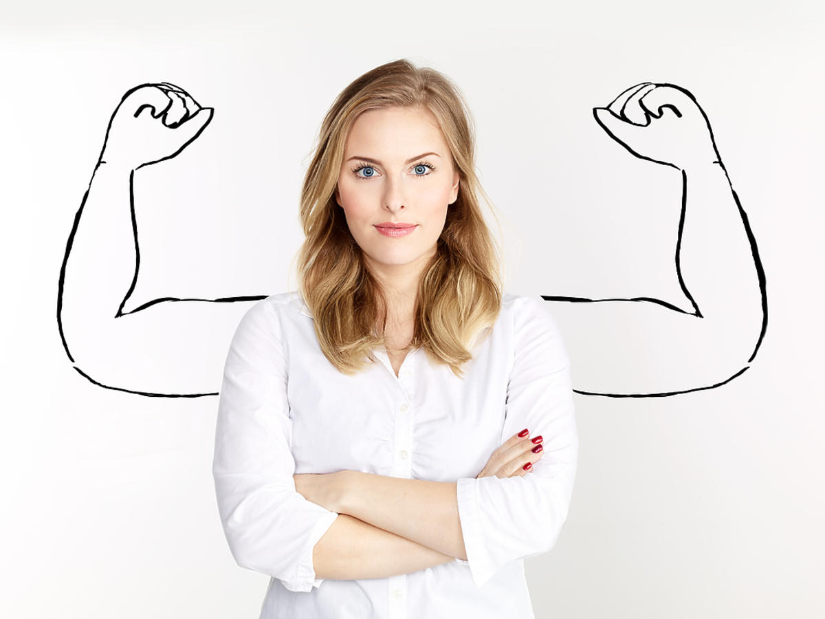 Kobieta stojąca z założonymi rękami
