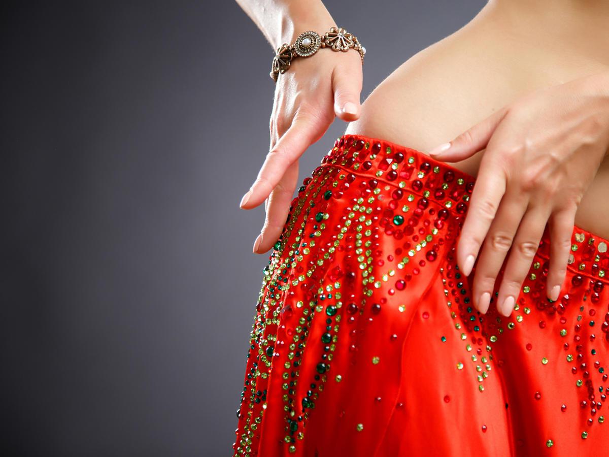 Kobieta tańczy taniec brzucha.