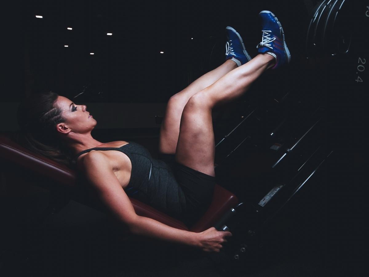 Kobieta trenuje na siłowni