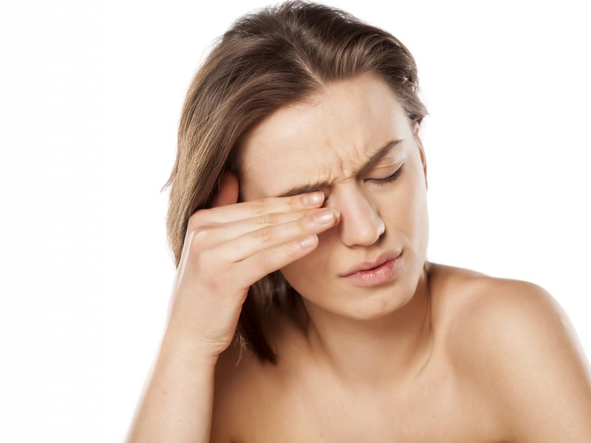 kobieta trze zamknięte oko
