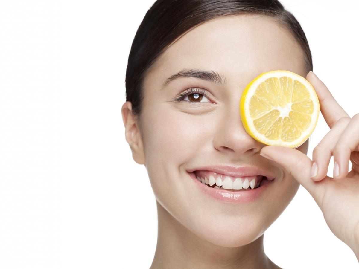 kobieta trzyma cytrynę