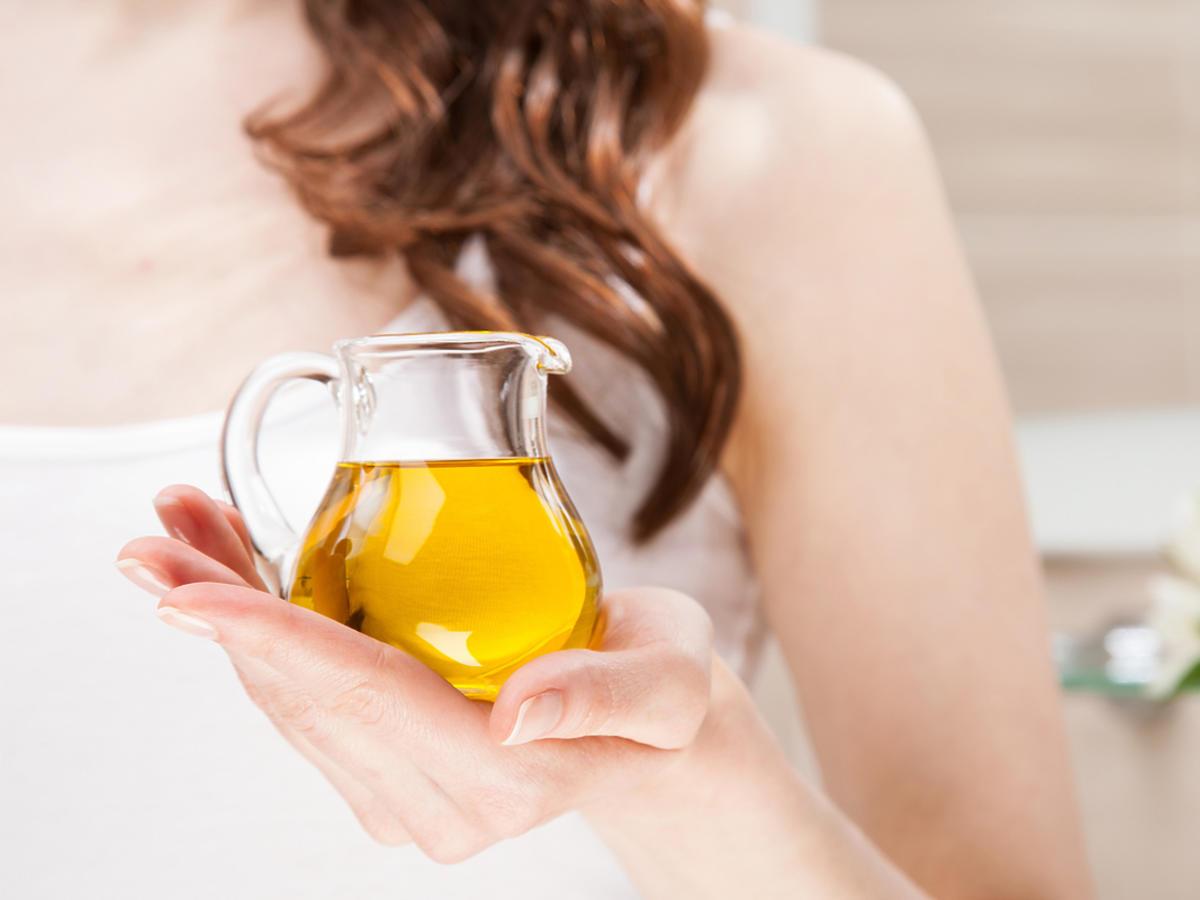 Kobieta trzyma olejek