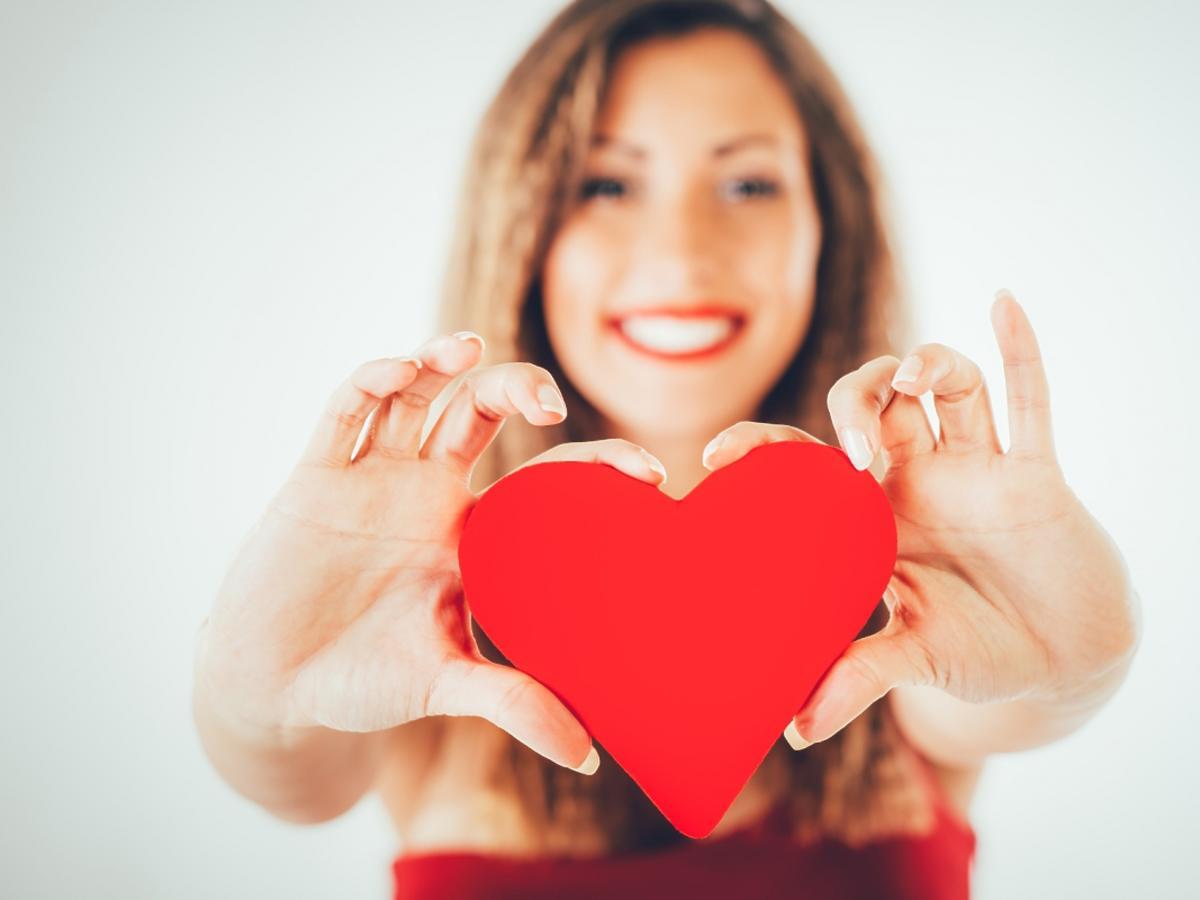 Kobieta trzyma serce