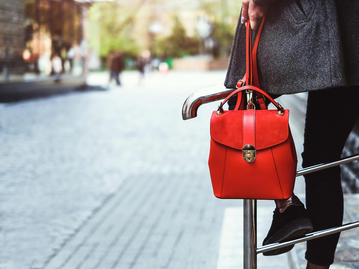 kobieta trzymająca czerwony plecak