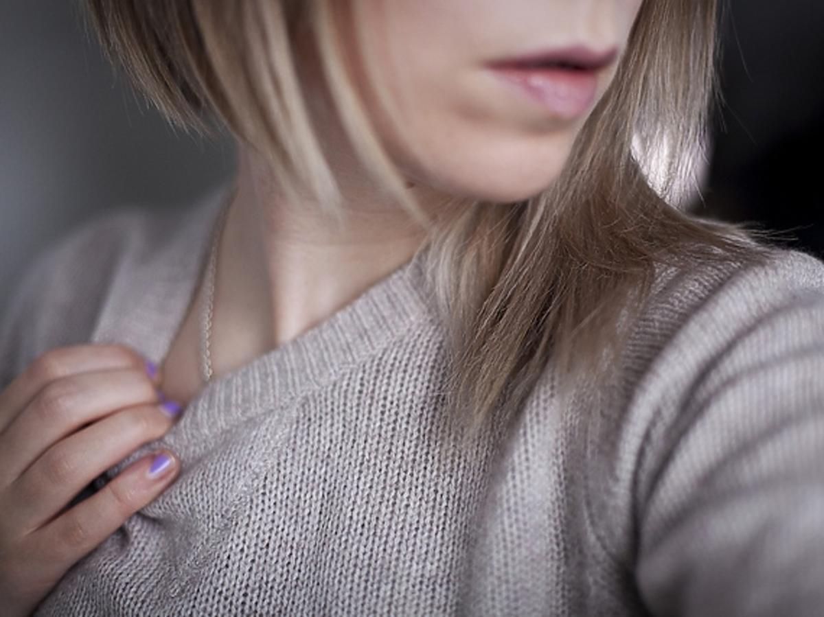 kobieta trzymająca rękę na dekolcie