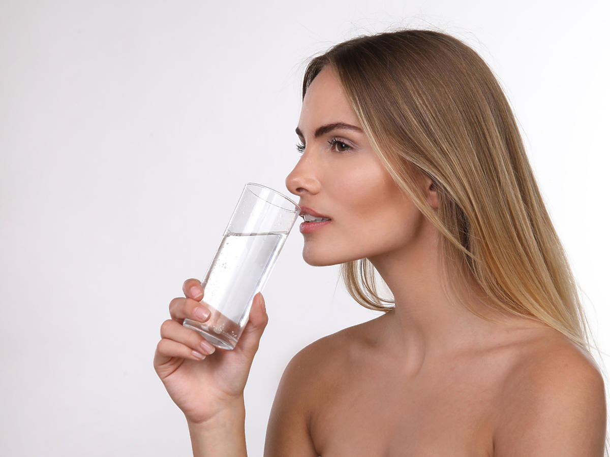 kobieta trzymająca szklankę wody