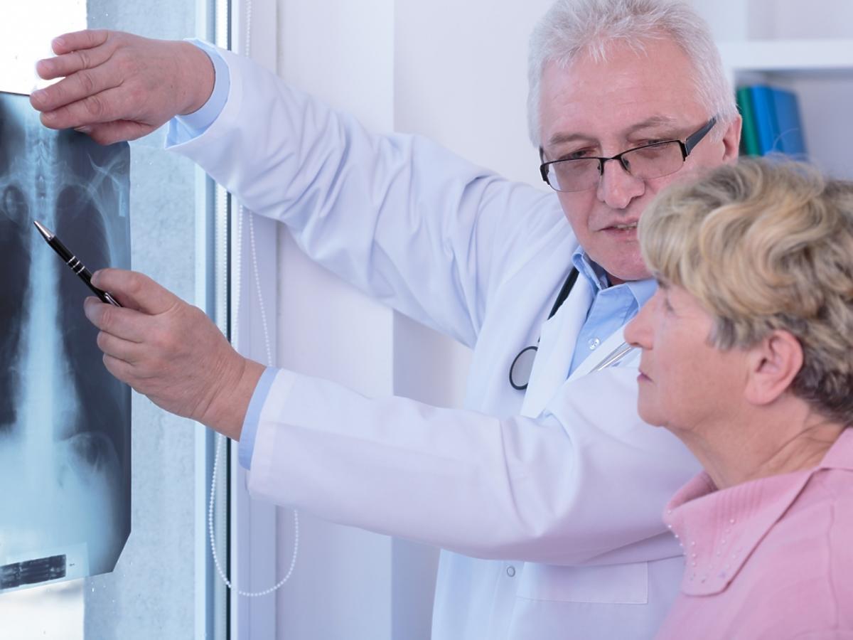 kobieta u lekarza ze zdjeciem płuc