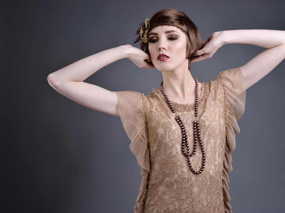Kobieta ubrana w stylu lat 20 stych.