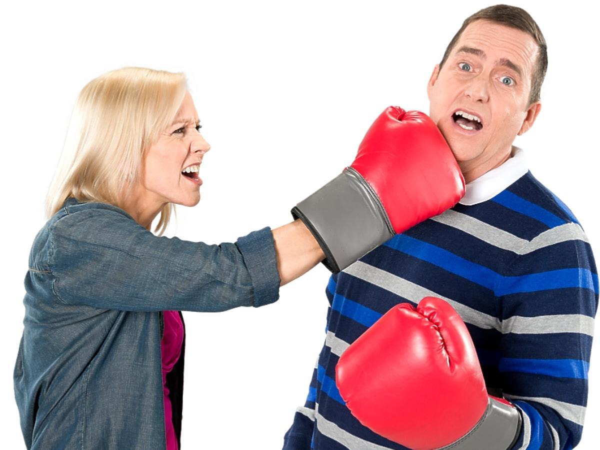 Kobieta uderza mężczyznę w twarz