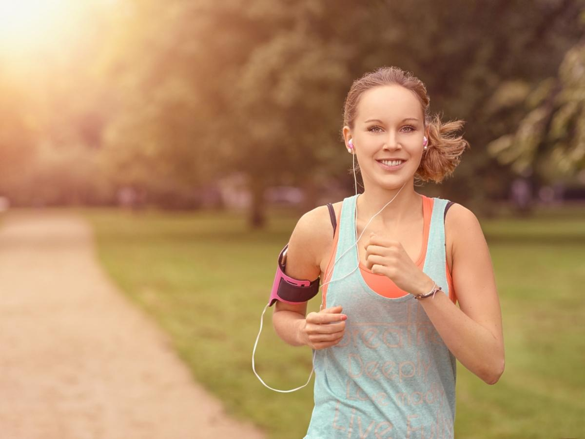 kobieta uprawia jogging z pulsometrem